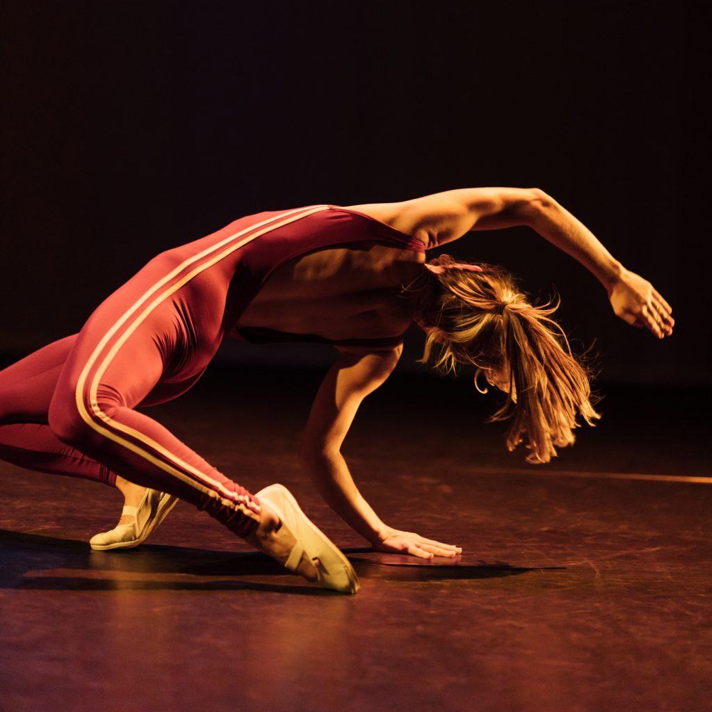 Sandra Kramerová danst in de voorstelling Body as a Weapon